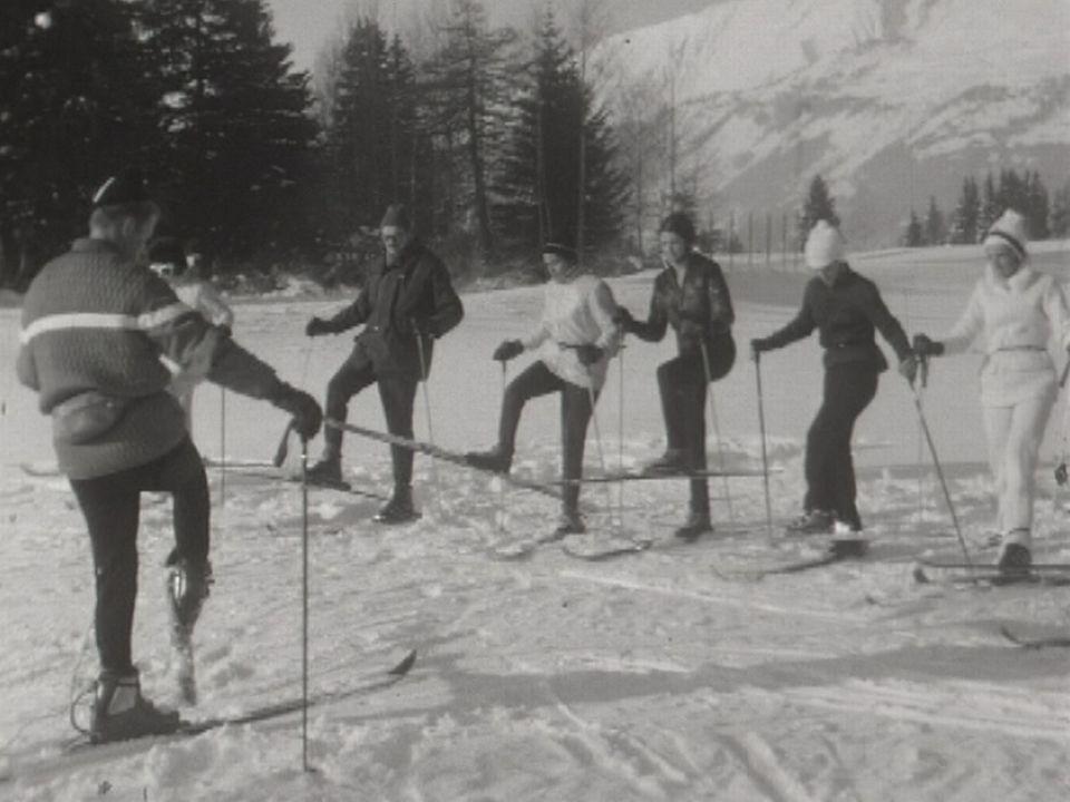 Cours de ski donné par un moniteur. [ RTS]