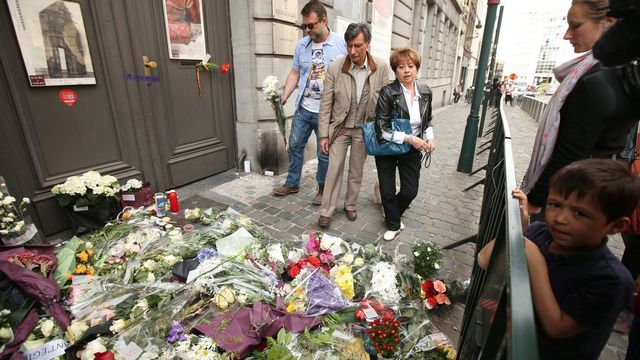 De nombreuses personnes ont rendu hommage aux victimes en déposant des fleurs devant le Musée juif de Bruxelles. [Keystone]