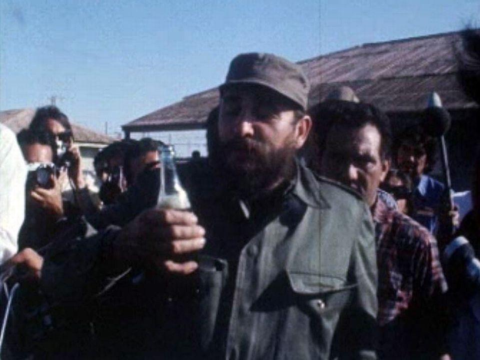 Fidel Castro savoure une bouteille de Coca-Cola.