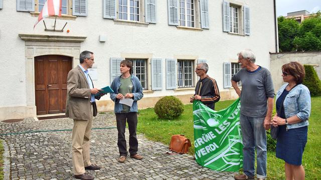 Les Verts jurassiens ont remis leur pétition lundi matin à la chancellerie cantonale. [Gaël Klein - RTS]
