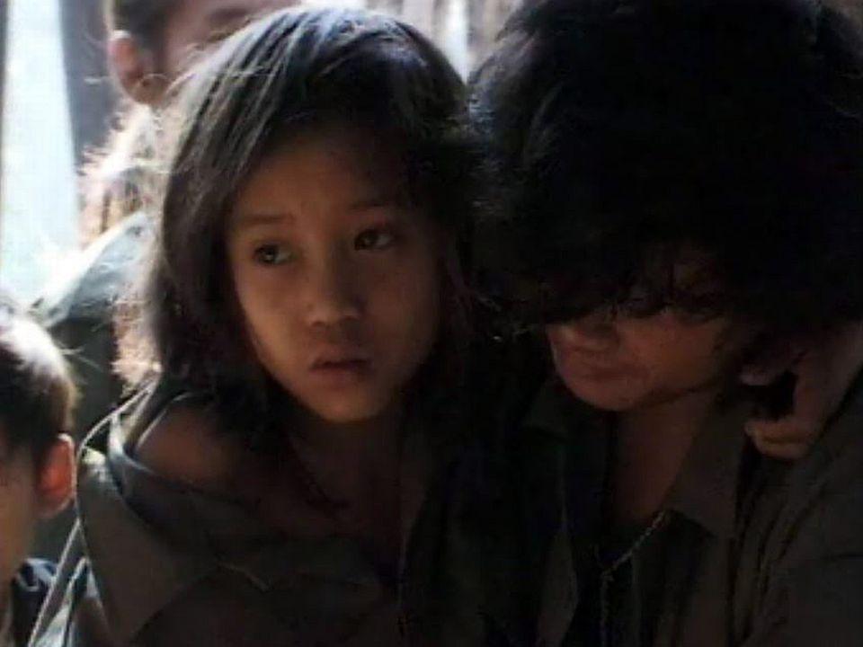 Un jeune garçon conduit un groupe de la guérilla en Birmanie.