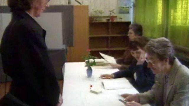 Dans un local de vote en RDA. Premières élections en 1990.