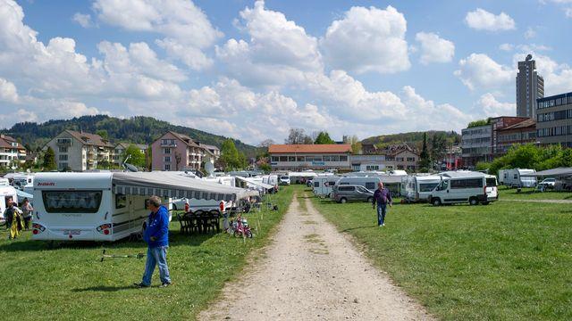 Un campement de gens du voyage s'est installé mercredi dans le quartier du Wankdorf à Berne pour protester contre le manque d'aires d'accueil en Suisse. [Gian Ehrenzeller - Keystone]