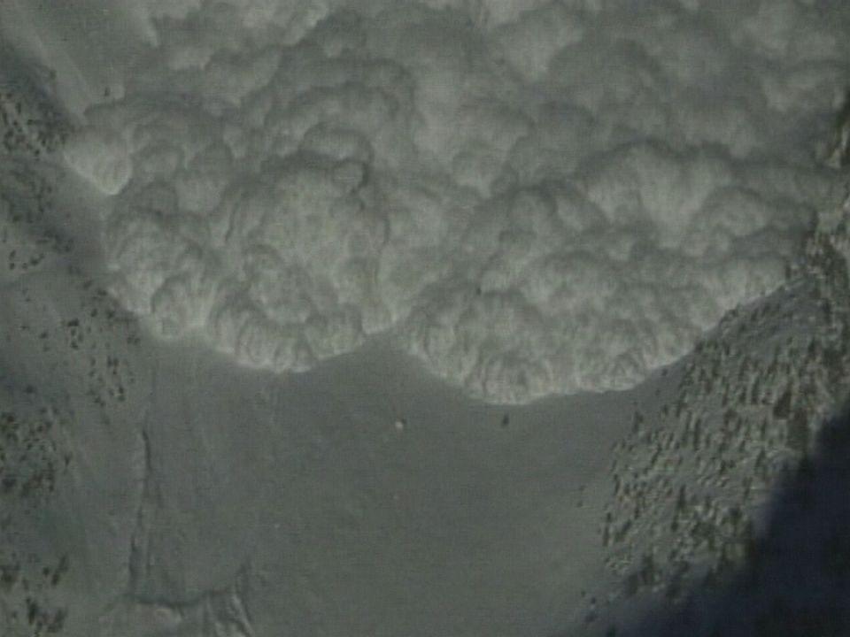 Avalanche déclenchée par l'Institut de la neige d'Anzère. [RTS]
