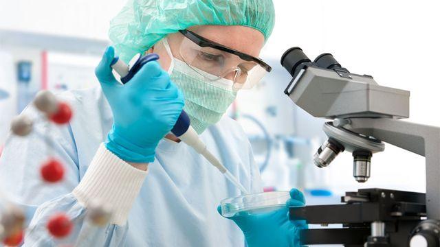 Différentes professions se croisent dans les laboratoires de hôpitaux. Alexander Raths Fotolia [Alexander Raths - Fotolia]