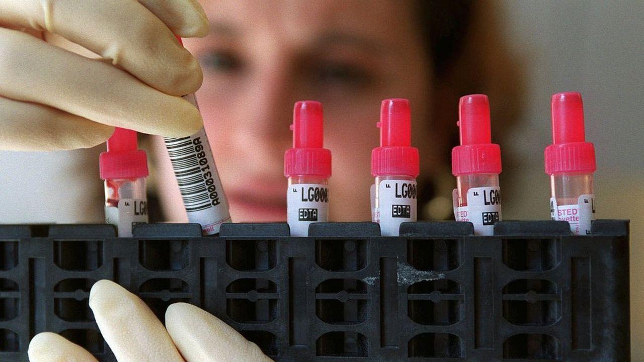 Les médecins disposent de plus d'une trentaine de thérapies combinées contre le VIH et il n'est pas aisé d'opter pour celle qui sera la mieux adaptée au patient. [Fabrice Coffrini - Keystone]
