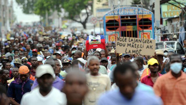 Des milliers d'Haïtiens ont défilé dans les rues de Port-au-Prince pour appeler à la démission du président Michel Martelly. [Hector RETAMAL - AFP]