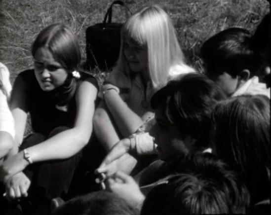 Des adolescents en discussion en 1970.