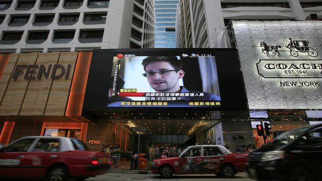 Edward Snowden apparaît sur un écran dans les rues d'Hong Kong [Vincent Yu - AP Photo]