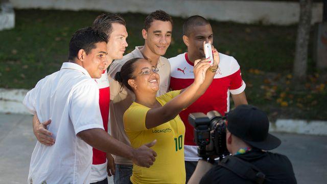 Des Brésiliens prennent la pose en compagnie de Stephan Lichtsteiner et Gökhan Inler. [Peter Klaunzer - Keystone]
