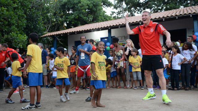 Schweinsteiger et ses coéquipiers ont ravi les écoliers de Santo André. [Andreas Gebert - AFP]
