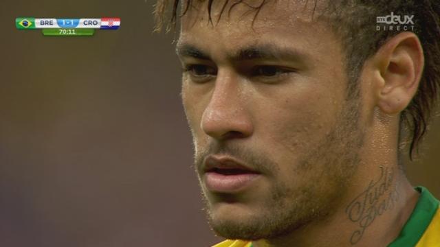 Groupe A, BRA-CRO (2-1): penalty cadeau sifflé en faveur du Brésil. L'arbitre a été abusé par la simulation de Fred... Neymar transforme difficilement. [RTS]