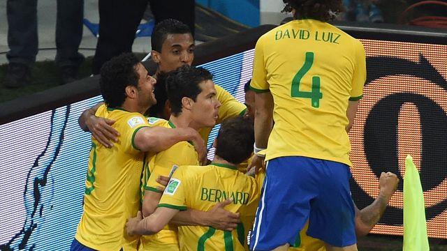 Les Brésiliens laissent exploser leur joie après le deuxième but de Neymar. [Pedro Ugarte - Fotolia]