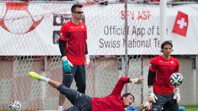 Les trois gardiens de l'équipe de Suisse de football, Diego Benaglio (debout), Roman Bürki (couché) et Yann Sommer (sur les genous). [Keystone]