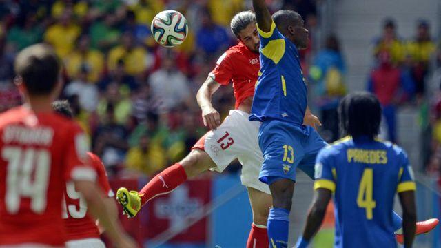 Le Suisse Ricardo Rodriguez and l'Equatorien Enner Valencia à la lutte durant un match de la Coupe du monde 2014. Shawn Thew Keystone [Shawn Thew - Keystone]