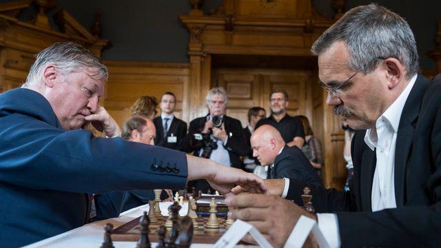 L'ancien champion du monde d'échecs Anatoli Karpov (à gauche) a affronté le conseiller national (PS-FR) Jean-François Steiert. [Alessandro della Valle - Keystone]
