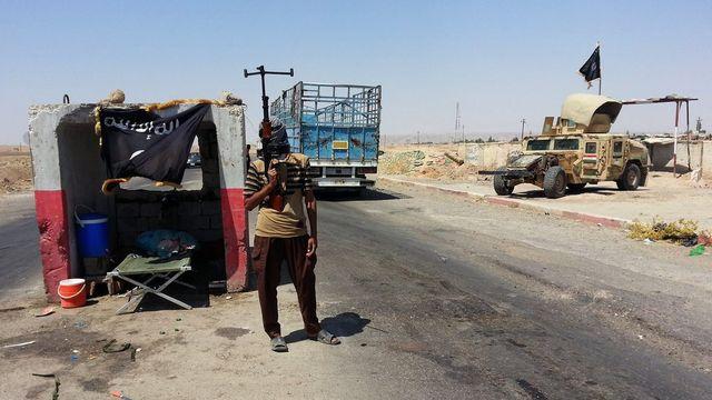 Un insurgé de l'EIIL à un checkpoint près de la ville de Briji, pris en photo le 19 juin. [Keystone]