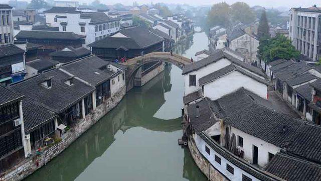 Le Grand Canal est un vaste système de navigation intérieure réalisé à partir du Ve siècle avec J.C. au sein des plaines de la Chine entre Pékin et la province du Zhejiang. Cela formait l'ensemble de génie civil le plus important et le plus étendu de tous les temps préindustriels. [© Ibid, Nanxun Section of Jiangnan Canal]
