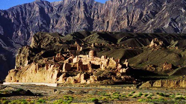 Le réseau de routes du corridor de Tian-shan est une section des Routes de la soie qui s'étend sur 5000 entre la Chine, le Kazakhstan et le Kirghizistan. Il a été utilisé entre le 2e siècle avant J.C. et le 16e siècle, reliant un total de 33 sites d'importance et de nombreuses civilisations. Il a aussi facilité les échanges de longue distance en matière de commerce  et de connaissances. [© Kuqa County Bureau of Cultural Heritage, Panorama of the Subash Buddhist Ruins]