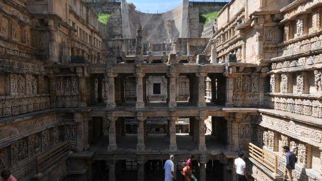 Le Rani-ki-Vav ou puits à degrés de la Reine est situé à Patan, en Inde. A la base mémorial pour un roi, il a évolué pour devenir un ouvrage artistique à plusieurs étages très élaboré. Plus de 500 sculptures principales et un millier d'autres plus petites peuvent y être admirées. [© Archaeological Survey of India]