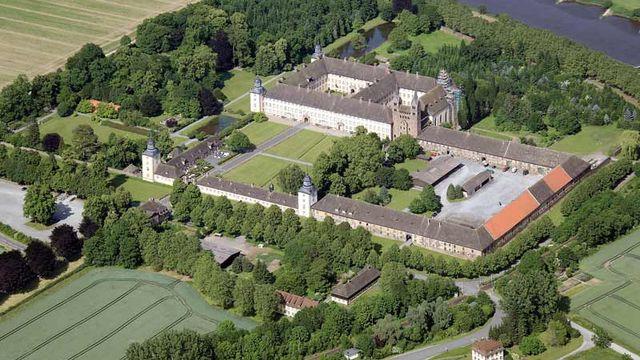 Westwerk carolingien et la civitas de Corvey se trouvent en Allemagne, le long de la Weser, près de la ville de Höxter. C'est l'unique structure debout qui remonte à l'époque carolingienne, tandis que l'ensemble de l'abbaye impériale d'origine est conservé sous forme de vestiges archéologiques. [© Baoquan Song, Bochum]