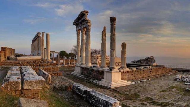 En Turquie, Pergame, la capitale de la dynastie hellénistique des Attalides, est un paysage culturel avec de multiples temples. La ville était l'un des principaux centres du savoir dans le monde antique. [© Çakabey Private Schools]