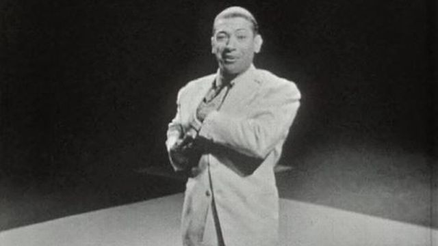 Le chanteur est aussi un vrai artiste de scène de music-hall. [RTS]