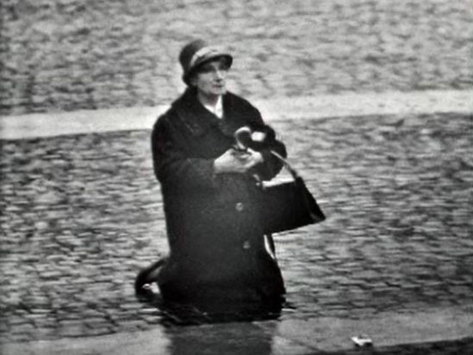 Les fidèles attendent la bénédiction de Jean XXIII. [RTS]