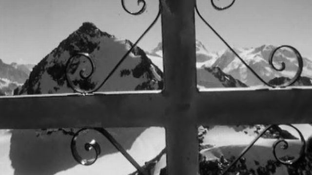 Les amis d'Hermann Geiger posent une croix à sa mémoire. [RTS]