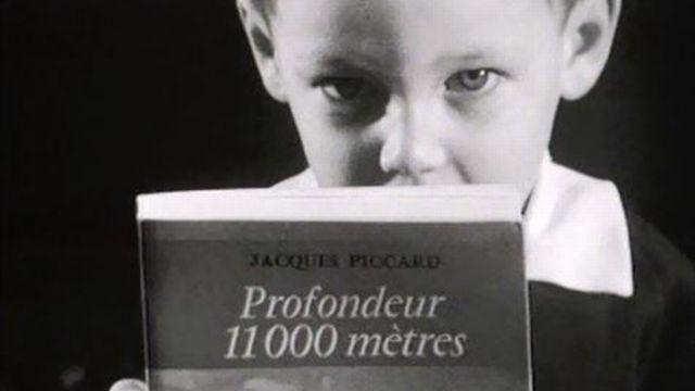 Bertrand Piccard seconde son père dans la présentation de son livre. [RTS]