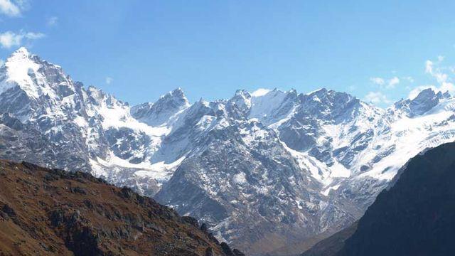 L'Aire de conservation du parc national du Grand Himalaya, en Inde, se caractérise par de hauts sommets alpins, des prairies alpines et des forêts riveraines. Cette surface de 90'540 ha comprend 25 types de forêts et une faune riche qui lui confère une importance exceptionnelle pour la conservation de la biodiversité. [© Dr Graeme Worboys, GHNP by air, Near Jiwa river origin ]