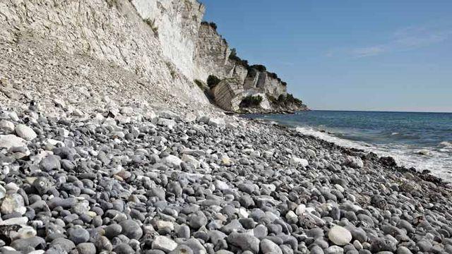 Le site géologique de Stevns Klint, au Danemark, comprend un littoral long de 15 km avec des falaises fossilifères provenant de l'impact de la chute de la météorite de Chicxulub, survenu à la fin du Crétacé, il y a environ 65 millions d'années. [© Jacob Lautrup/GEUS, Stevns Klint (Denmark)]