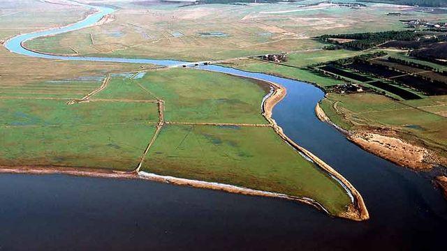 La mer des Wadden, entre l'Allemagne et le Danemark, est considérée comme le plus grand système mondial de vasières et de bancs de sable à marée d'un seul tenant. L'Unesco a décidé d'en accroître l'étendue. [© JOFRI, Aerial view of Wadden Sea]