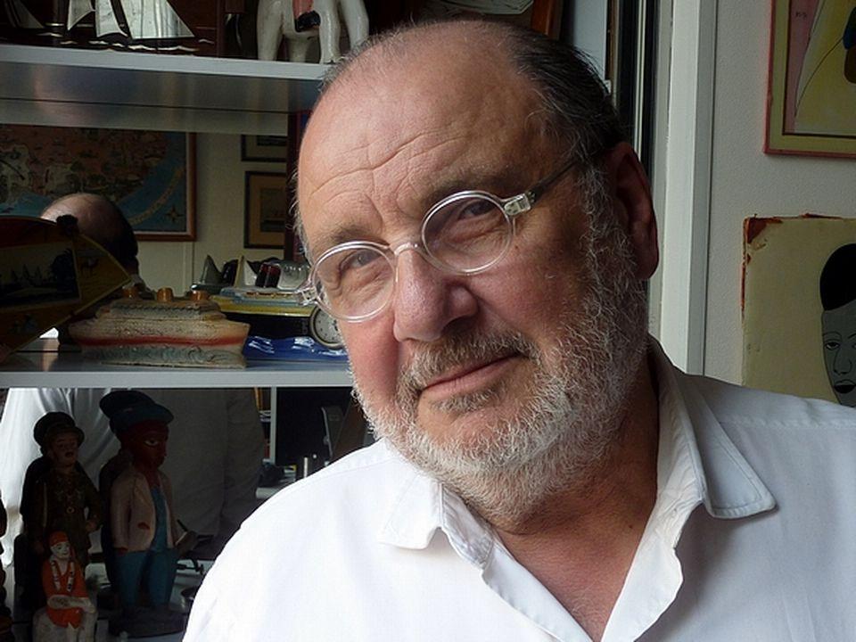 Serge Moati commente une archive consacré à Bizerte. [Charles Sigel]