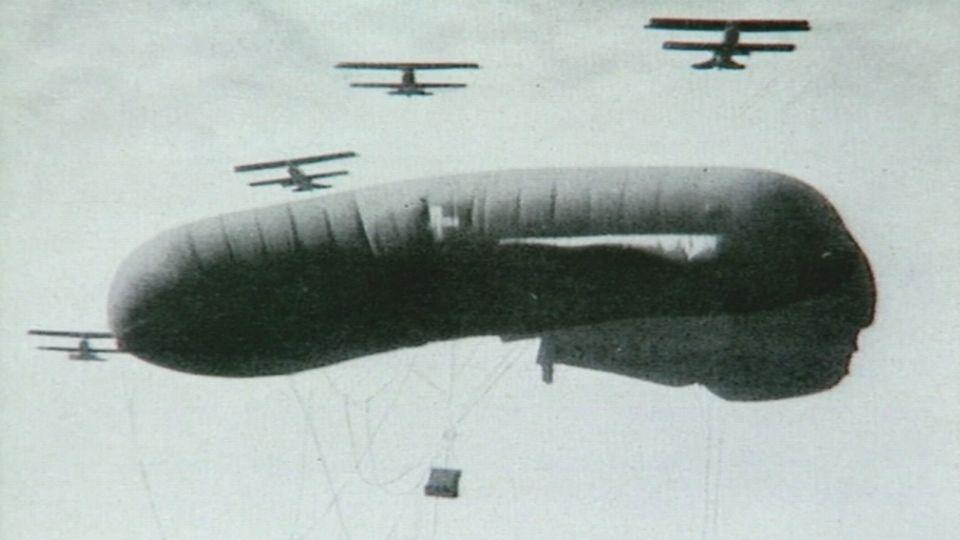 Un ballon suisse est abattu par la chasse allemande en 1918.