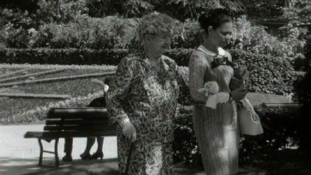 Jeune fille au pair suisse alémanique à la promenade, 1967. [RTS]