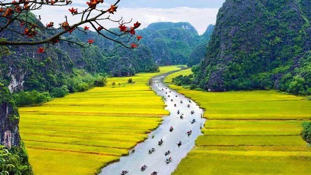 Le complexe paysager de Trang An est situé sur la rive méridionale du delta du fleuve Rouge, au Vietnam. C'est une spectaculaire paysage de pitons karstiques sillonné de vallées et encadré de falaises abruptes. [© Trang An Landscape Complex]