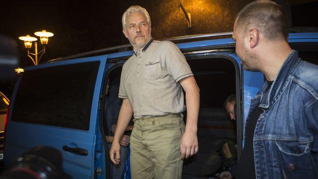 Un membre de l'OSCE sort du bus à côté du Premier ministre de la République auto-proclamée de Donetsk. [Shamil Zhumatov - Reuters]