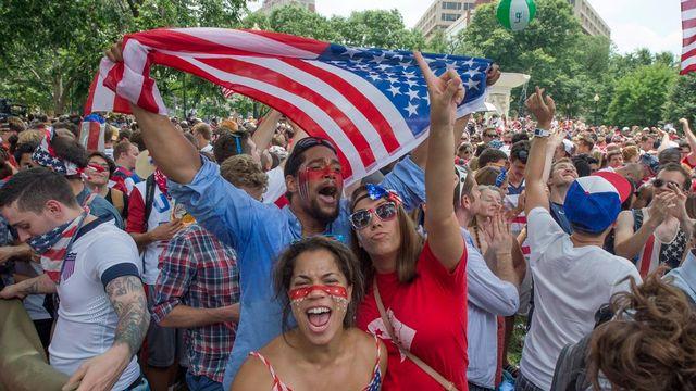 Des fans de soccer réunis à Washington pour regarder le match des Américains contre l'Allemagne. [EPA/Michael Reynolds - Keystone]