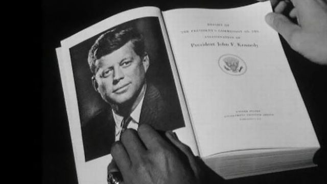 Le rapport Warren, un document contesté sur la mort de JFK. [RTS]
