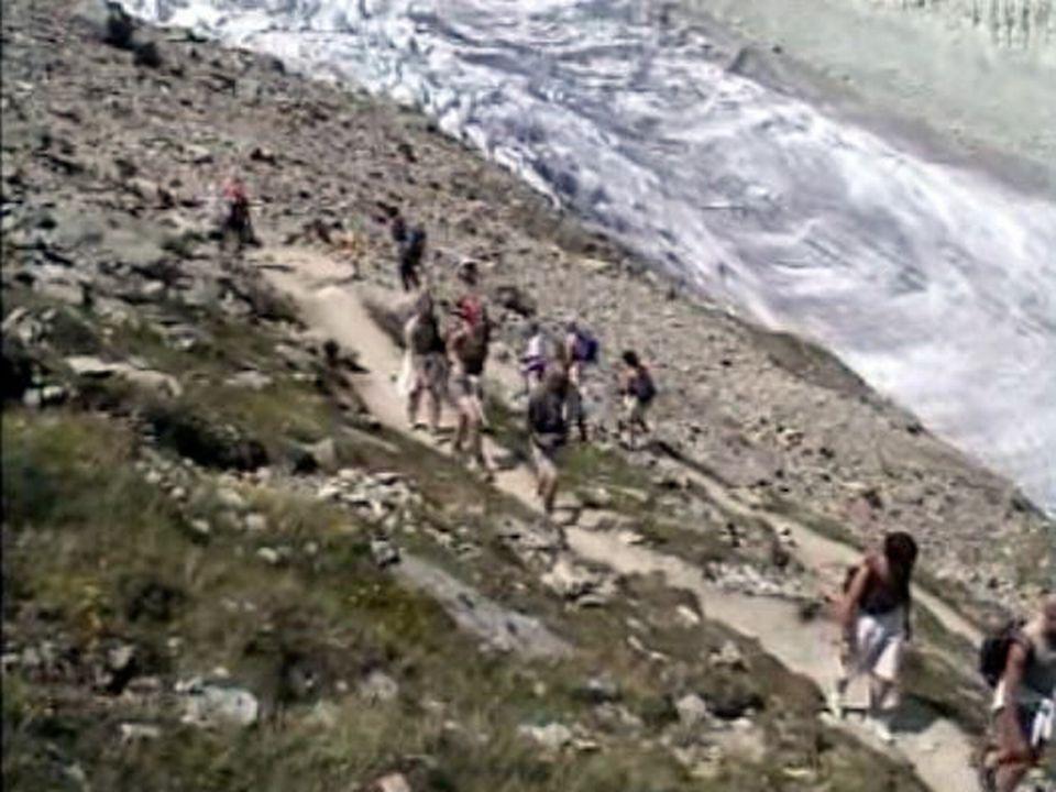 La randonnée pédestre attire de plus en plus de marcheurs. [RTS]