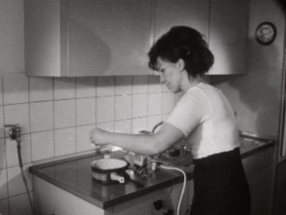 Une ménagère à l'oeuvre, en 1968. [RTS]