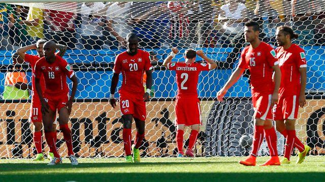 Détresse sur les visages suisses après le but d'Angel Di Maria. [Eddie Keogh - Reuters]