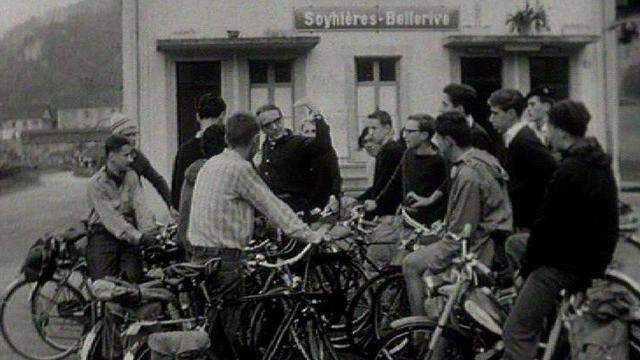 Elèves suisses alémaniques arrivant en Romandie pour un séjour d'étude linguistique, 1964. [RTS]