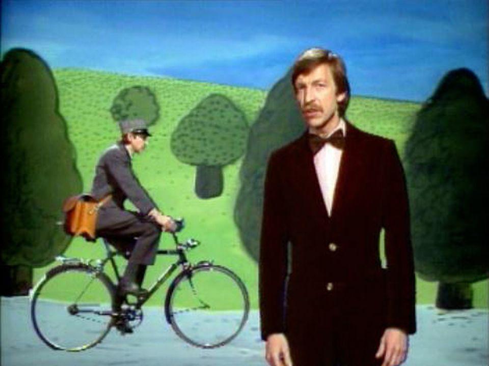 C'est le gentil facteur, sur son vélo moteur, avec son courrier. [RTS]