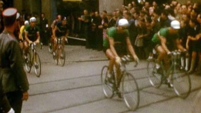 Passage du Tour de France en ville de Lausanne en 1948. [TSR]
