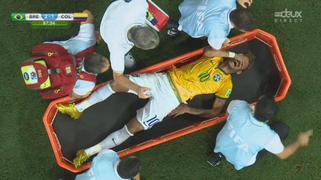1-4, BRA-COL (2-1): coup dur pour le Brésil puisque sur ce contact avec Zuniga, Neymar se blesse et manquera la suite du mondial [RTS]