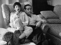 Georges Simenon regardant le 20h avec son fils John au Château d'Échandens, 1960. [Jean Lattès - Elle, 1960]