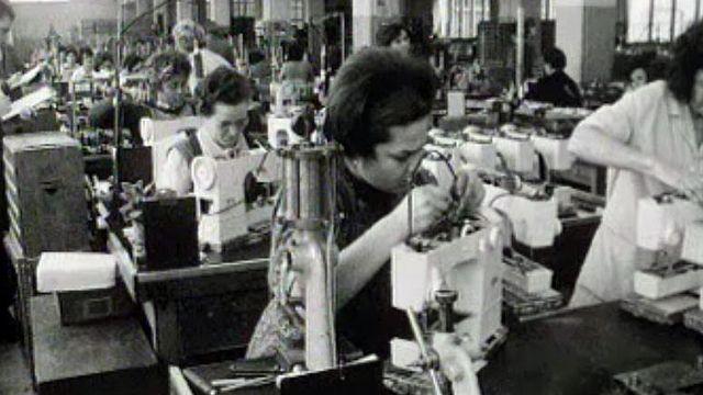 Qui sont ces ouvrières de l'usine Elna qui travaillent à la chaîne?