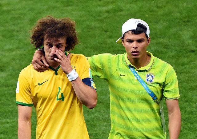 Les brésiliens David Luiz et Thiago Silva après leur défaite contre l'Allemagne. [Andreas Gebert - EPA/Keystone]
